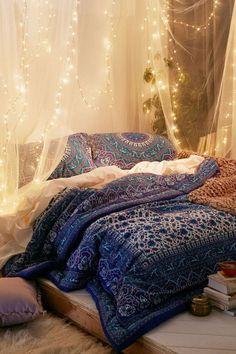 schlafzimmer ideen im boho stil_holzbett dekorieren mit boho chic bettwäsche in dunkelblau und baldachin