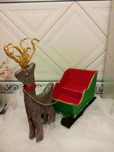 O trenó do Papai Noel tudo feito em cartão reciclado e forrado a feltro A Rena também foi toda feita em cartão