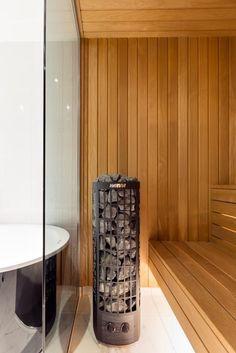 Ett toppmodern badrum i vitt och svart med inslag av turkos mosaik. Duschutrymmet utgörs av en vägg och en dörr i glas. Handfat och toalett är vägghängda och går i färg med det stora svarta badkaret. Bakom en vägg i mörkt glas döljer sig en bastu i två plan med ett modernt bastuaggregat. Plan, Room, Furniture, Home Decor, Bedroom, Decoration Home, Room Decor, Rooms, Home Furnishings