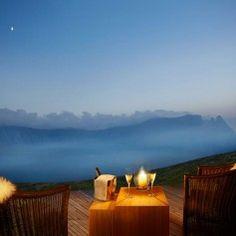 Italie-Dolomieten- welness hotel met 12 chalets -Midden in een UNESCO  natuurpark Adler Mountain Lodge - nieuw adresje van Bijzonder Plekje- ziet er mooi uit! Om in de gaten te houden (website van het hotel doet het nu nog niet goed, prijzen worden niet goed weergegeven). Hotels, Places, Outdoor Decor, Italy, Lugares
