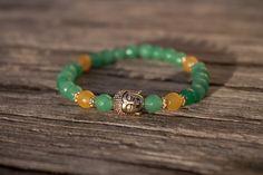 Buddha+náramek+z+jadeitu+VI+Náramek+z+barevných+brouušených+korálků+jadeitu+(6mm)+s+hlavou+buddhy+z+bižuterního+kovu.+Velikost+náramku+je+cca+18+cm,+je+pružný.