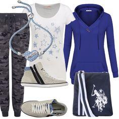 Pantalone in felpa, coulisse in vita, chiuso al fondo con polsino in fantasia militare nei toni del grigio, abbinato ad una t-shirt bianca con stampa di stelle azzurre. Felpa bluette con cappuccio. Sneakers con zip. Piccola tracolla blu con stampa, bracciale azzurro.
