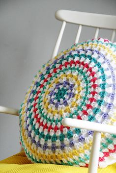 New sewing pillows round granny squares 60 ideas Crochet Cushion Cover, Crochet Cushions, Sewing Pillows, Crochet Pillow, Crochet Home, Love Crochet, Diy Crochet, Crochet Crafts, Crochet Projects