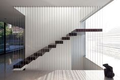 escalier moderne suspendu avec garde-corps en câbles