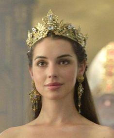 Reign (Adelaide Kane as Mary Queen of Scots) Adelaide Kane, Reign Mary, Mary Queen Of Scots, Rainha Mary Stuart, Marie Stuart, Reign Tv Show, Reign Dresses, Reign Fashion, Princess Aesthetic