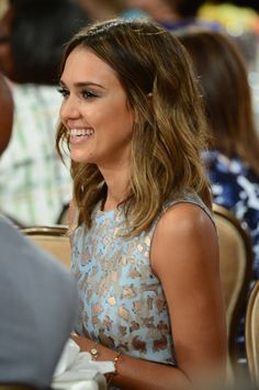 Jessica Alba - Short mid length haircut with golden bronze tones