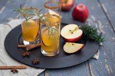 Wenn ihr nach dem Winterspaziergang oft so richtig durchgefroren seid, haben wir genau das Richtige für euch: Drei Weihnachtliche Drinks zum Aufwärmen.