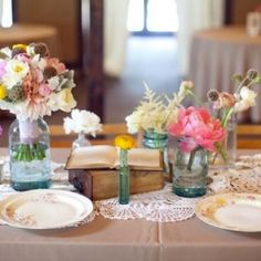 Chic & simple smaller floral arrangements and multiples! Group smaller containers of florals together for a beautiful look. #weddinggawker