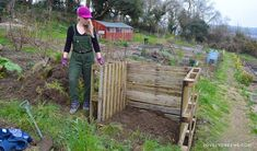 Composting How to build an Easy Wooden Compost Bin using pallets. A pallet compost bin takes ten minutes to build Wooden Compost Bin, Pallet Projects Signs, Kitchen Waste, Used Pallets, Organic Gardening Tips, Sustainable Gardening, Gardening Hacks, Pallets Garden, Garden Projects