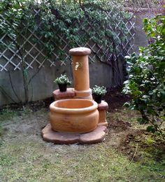 Fontana da giardino in pietra ricostruita mod. azalea, finitura: mattone. Località: Serino (Avellino).