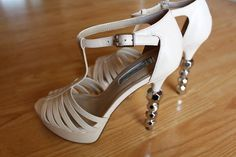 Stand out in the form Metallic balls on for deal. Women Sandals, Balls, Metallic, Footwear, Shoes, Fashion, Women's Sandals, Moda, Zapatos