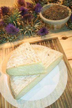 Queso Flor  (Gran Canarias)  Su originalidad radica en el forma de cuajar la leche: mientras la generalidad de los productores artesanos utilizan cuajo animal, el queso de flor utiliza cuajo vegetal (flor de cardo). Por eso, desde 2009 es un producto amparado por una denominación de origen.