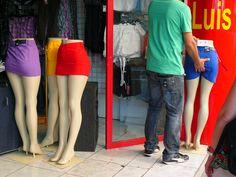FdF (Martinique) LUIS mise en vitrine des mannequins...