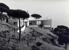 Casa Ugalde, a 1951 project designed by architect José Antonio Coderch near Barcelona, Spain. Sustainable Architecture, Modern Architecture, Shopping In Barcelona, Mediterranean Homes, Mediterranean Architecture, Modern Buildings, Luxury Apartments, Beautiful Pictures, College