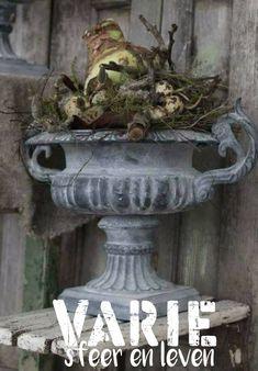 Prachtige gietijzeren oorvaas    www.varie.nl