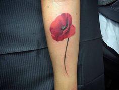 tattoo fleur de cerisier fleurs tatouage rouge coquelicot sur le bras
