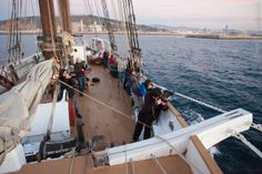 "Taller ""Barcelona desperta"" a bord del pailebot ""Santa Eulalia"" (març 2014). Foto: Diego Yriarte Sailing Ships, Opera House, Barcelona, Boat, Building, Travel, Photography Courses, Dinghy, Viajes"