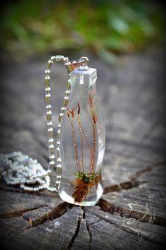 Náhrdelník  / Necklace / Collana   Zaujímavý originálny náhrdelník zo živice v tvare fľaše jednej známej svetovej značky. V živici je zaliaty kvitnúci mach. Je to jedinečný originál. Prívesok je zavesený na jemnej...