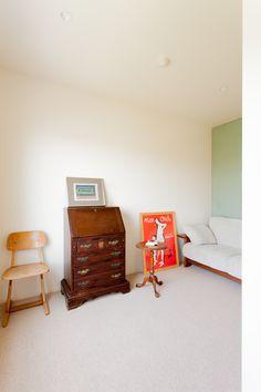 家で過ごす時間が長いので、場所ごとの雰囲気を変えてつくられたU様邸。書斎の床はカーペットをチョイスしました。#U様邸菊名 #書斎 #カーペット床 #インテリア #EcoDeco #エコデコ #リノベーション #renovation #東京 #福岡 #福岡リノベーション #福岡設計事務所 Magazine Rack, Cabinet, Storage, Furniture, Home Decor, Clothes Stand, Purse Storage, Decoration Home, Room Decor