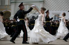 20160625 - Cadetes russos dançam valsa durante cerimônia de formatura em Moscou, na Rússia. Depois de jurar à bandeira do país, meninos e meninas graduados na escola de cadetes local receberam seus diplomas e comemoraram no Kremlin de Moscovo Imagem: Ivan Sekretarev/ AP
