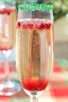 This festive Christmas Champagne cocktail is perfect for Christmas parties or Christmas morning brunch. Christmas Brunch, Christmas Treats, Simple Christmas, Christmas Morning, Green Christmas, Christmas Parties, Christmas Recipes, Christmas Dinner Ideas Family, Christmas Eve