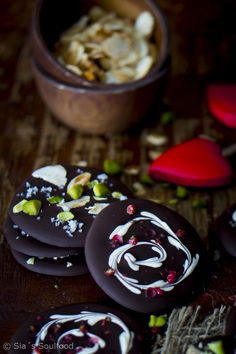 Scharz-weiß Schokoladentaler mit rosa Beeren I Chocolate snaps with almonds, pistachios and seasalt & Black and white chocolate snaps with red pepper