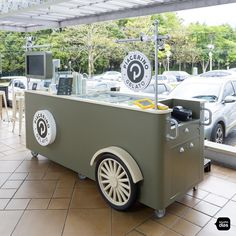 Piacerino | Carrinhos para Shopping | Studio Dias Food Stall Design, Food Cart Design, Food Truck Design, Food Cart Business, Food Business Ideas, Food Trucks, Mobile Coffee Cart, Starting A Food Truck, Ice Cream Business