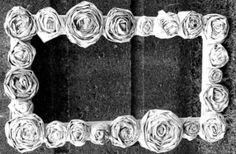 Para decorar uma moldura de um quadro, a moldura de um espelho ou a peça decorativa que você quiser, você pode fazer rosas de jornal, que mesmo sendo muito