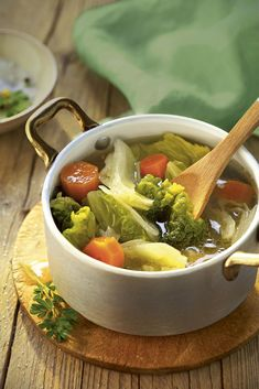 El caldo depurativo que te ayudará a adelgazar With cabbage, carrot and potato, this cleansing soup is ideal if you need to lose weight Asian Recipes, Beef Recipes, Soup Recipes, Cooking Recipes, Healthy Recipes, Ethnic Recipes, Sopas Light, Healthy Habbits, Cabbage Soup Diet