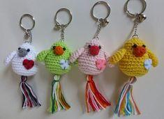 Free crochet pattern for bird keychain (in Dutch) Crochet Birds, Cute Crochet, Crochet Animals, Crochet Crafts, Crochet Projects, Crochet Amigurumi, Amigurumi Patterns, Crochet Dolls, Crochet Keychain