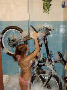 Lava tu bici de vez en cuando, te lo agradecera  y funcionara mejor