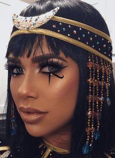 Cleopatra Halloween, Fröhliches Halloween, Cool Halloween Makeup, Sexy Halloween Costumes, Couple Halloween, Halloween Inspo, Halloween Makeuo, Halloween Customs, Costume Makeup