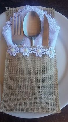 Jute Lace Cutlery Holder made especially for you. Burlap Crafts, Diy Home Crafts, Arts And Crafts, Burlap Projects, Sewing Projects, Christmas Crafts, Cutlery Holder, Burlap Table Runners, Craft Ideas