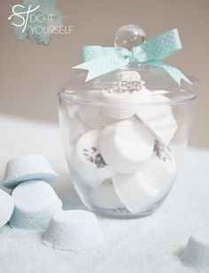 DIY bath bombs make a great gift idea and are perfect for when you want to practice self-care and want to take a cleansing and relaxing (and fun! Here's how to create your DIY bath bombs. Diy Beauté, Diy Spa, Easy Diy, Sell Diy, Homemade Gifts, Diy Gifts, Party Gifts, Party Favors, Diy Cadeau