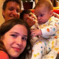 La familia al completo antes de acostar a los niños. www.carlosybarbara.com