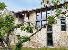 Située dans un périmètre classé, cette belle maison de village conserve son charme d'antan. Les...