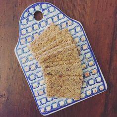 crackers magici   3 cucchiai di semi di lino 3 cucchiai di mandorle con la pelle NON tostate 9 cucchiai di acqua filtrata (senza cloro) 1 bel pizzicone di sale