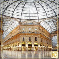 Essa é a Galeria Vittorio Emanuelle. O projeto é de Giuseppe Mengoni e foi encomendado para modificar o centro da cidade em celebração da vitória dos italianos sobre os austríacos em 1859. Além da beleza arquitetônica inquestionável e encantadora, a galeria é conhecida mundialmente por abrigar lojas de luxo, cafés e restaurantes renomados, além de livrarias históricas. #KarlaOliveiraViaja #GaleriaVittorioEmanuelle #Milão #Italia #Viagem #Architecture #Arquitetura #Cultura #Lifestyle