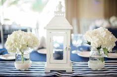 nappe à rayures en bleu et blanc lanterne et hortensias blancs