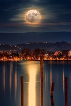 Super moon In Kelowna. Photo by Alexander Hill Beautiful Moon, Beautiful World, Beautiful Places, Beautiful Pictures, Stars Night, Shoot The Moon, Moon Pictures, Super Moon, Amazing Nature