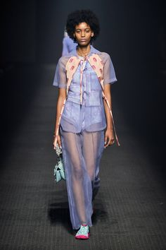 See all the Collection photos from Kenzo Spring/Summer 2020 Ready-To-Wear now on British Vogue Summer Fashion Outfits, Fashion Week, Daily Fashion, Spring Summer Fashion, Fasion, 2020 Fashion Trends, Fashion 2020, Runway Fashion, Kenzo