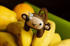 Super cute felt monkey! I love the little flower!
