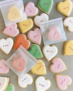 アイシングしたクッキーに、文字スタンプを押して。色の組み合わせ次第で、オリジナリティは無限に広がります。