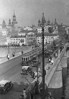 Большой Москворецкий мост. Фото 1930–1935 годов из фонда ЦИГИ Васильевский спуск в наши дни известен тем, что здесь проводятся всяческие шоу и концерты. Трудно…