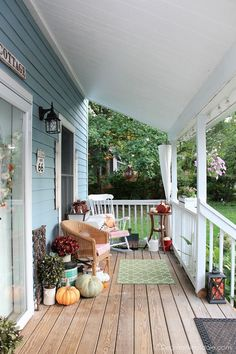 Blue Cottage porch decorated for fall home tour 2017. See that whole fall home tour in this post! #fall #home #tour #porch #decor #falldecor #vintage #2017 #cottage