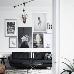 Inred i svart och vitt, det bästa av två världar! Gör det med Molecular lampa från House Doctor och O table soffbord från OX Denmarq. #inspiration#housedoctor#oxdenmarq#confidentliving