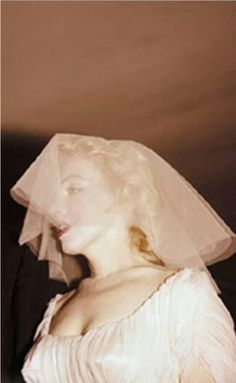 Marilyn during her Jewish wedding to Arthur Miller, 1 July Photo by Milton Greene. She dipped her veil in coffee so it would match her gown. She also cut hone shoe heel off by an inch, giving her the perfect sexy walk! So creative! Marilyn Monroe Wedding, Marilyn Monroe Photos, Marylin Monroe, Milton Greene, Norma Jeane, Celebrity Weddings, Old Hollywood, American Actress, Marilyn Monroe