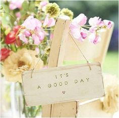 """""""It's a good day"""" [wooden sign with quote and a heart and behind it a bouquet of beautiful flowers] Beautiful World, Beautiful Day, Beautiful Things, Beautiful Flowers, Good Day, Good Morning, Postar No Face, Wooden Door Signs, Hanging Signs"""