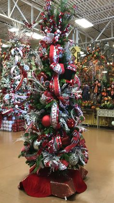 Flocked Christmas Trees Decorated, Diy Christmas Tree Topper, Rose Gold Christmas Decorations, Grinch Christmas Tree, Whimsical Christmas Trees, Ribbon On Christmas Tree, Christmas Tree Themes, Tree Decorations, Red And Gold Christmas Tree