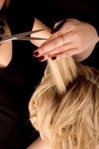 Necessários para elaboração de bons cortes de cabelo, os ângulos de corte e linhas de corte são conceitos que todo bom profissional deve saber de cor e salteado, confira nosso artigo sobre ângulos de corte.  Leia mais ›